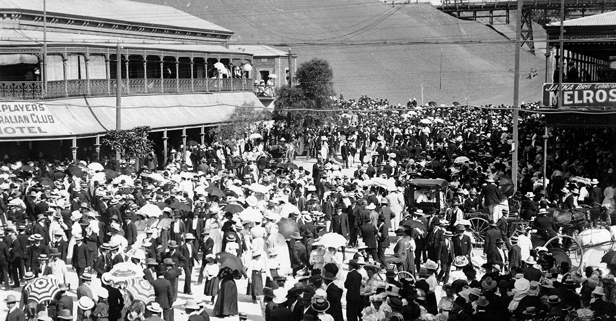 A crowd gathers in the street after a procession during the 1909 strike